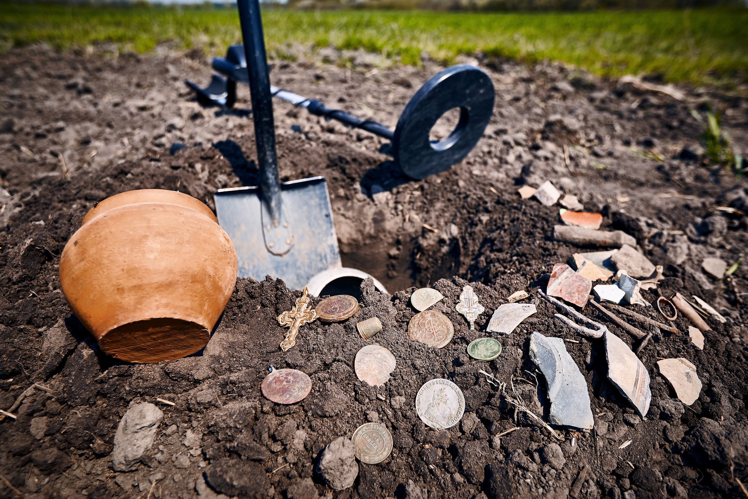 A successful treasure hunt thanks to a metal detector from a pawn shop.